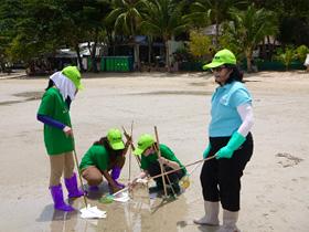 石油除去作業。キッチンペーパーで石油を吸収させて除去していた(タイ)